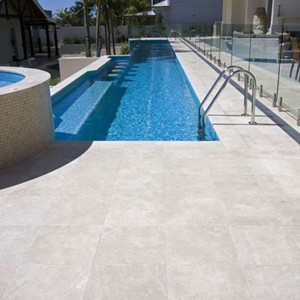 A Fully Tiled Pool Using GC184 Light Sky Blue Pearl 20mm Glass Mosaic Tiles  And With Travertine Linen Honed U0026 Filled Coping And Surround Paving.