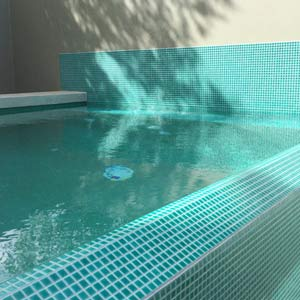 Photos of swimming pools fully tiled in ceramic mosaics for Swimming pool wall tiles