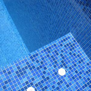 GCR310 Royal Crystal Pearl Blend 20mm mosaic tiles shown in a fully tiled pool