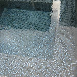 Fully tiled Spa closeup which used GCR320 Charcoal Crystal Pearl Blend 20mm glass mosaic tiles